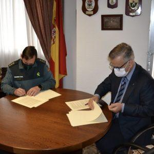 El Coronel Tienda por la Guardia Civil y Manuel Galván por el Colegio de Farmacéuticos firman el protocolo del Plan Mayor de Seguridad